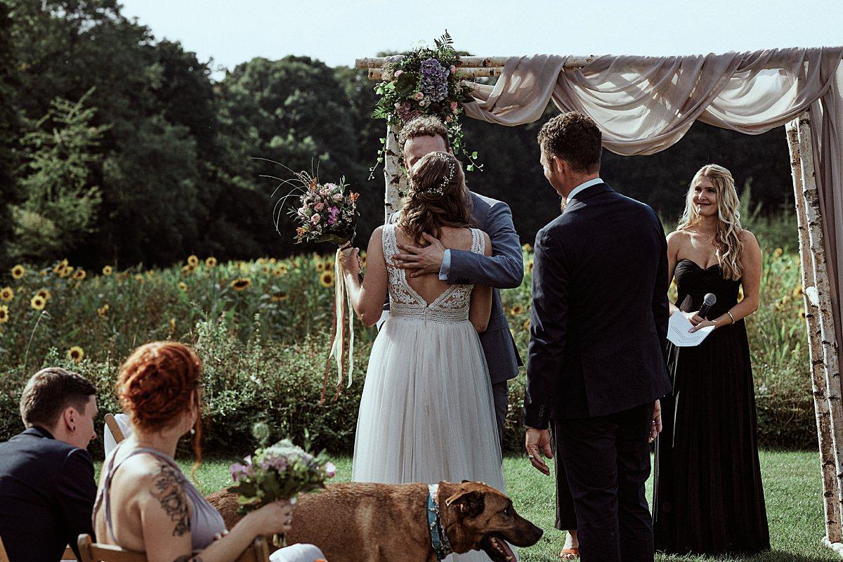 Vegetarische Hochzeit mit Hunden im Sommer Scheunenhochzeit Herford Bielefeld von Laer